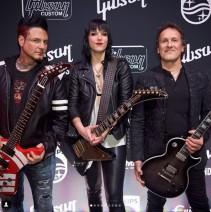 Lzzy Hale à la conférence Gibson avec les guitaristes de Five Finger Death Punch et Def Leppard